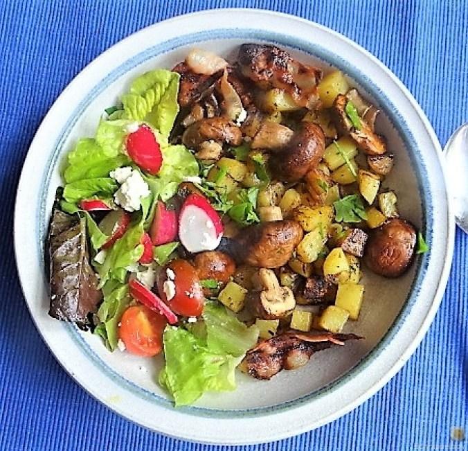 Bratkartoffeln mit Champignon und buntem Salat (1)