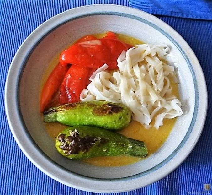 Spitzpaprika in Kokosmilch mit Minizucchini und Reisnudeln (1)