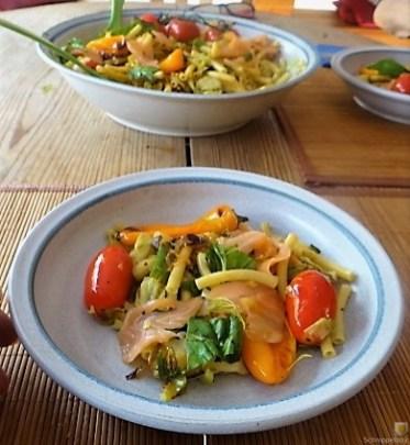 Nudel-Gemüse Pfanne mit geräuchertem Lachs (21)