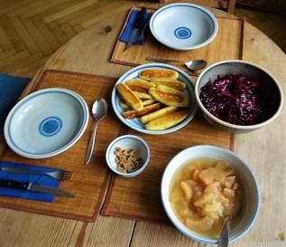 Kartoffel-Quark Nudeln ,Rotkohlsalat und Apfelkompott (22)