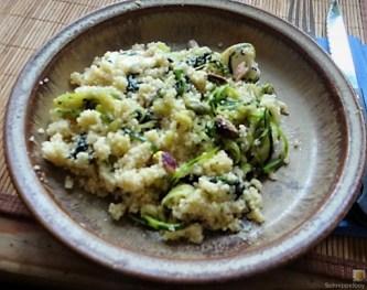 Couscous mit Spinat, Zucchini Zoodles und gewürztem Kuh Feta (17)