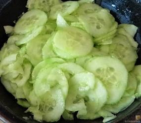 Kartoffelsalat, Gurkensalat und gräucherte Forelle (12)