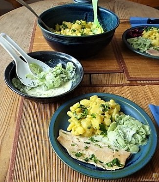 Kartoffelsalat, Gurkensalat und gräucherte Forelle (17)