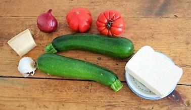 Zucchiniröllchen, Tomatensauce und Tomatensalat (11)