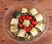 Zucchiniröllchen, Tomatensauce und Tomatensalat (21)