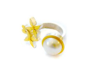Ilka Bruse: Ring mit großer Süsswasserperle https://craft2eu.net/de/artists/ilka-bruse