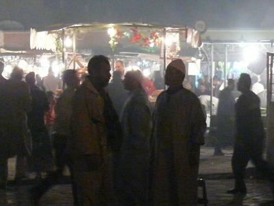 Marokko_jemaa_el_fna_buden_im_dunke