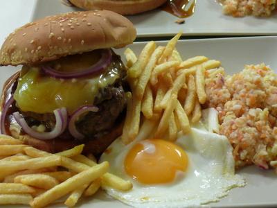 Hamburger_fritten_ei_coleslaw