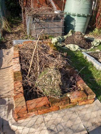 Befüllt wird es mit Rückschnitt und Grasschnitt aus dem eigenen Garten.