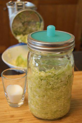 1 1/2 Tl Salz auf ein Mason Jar.