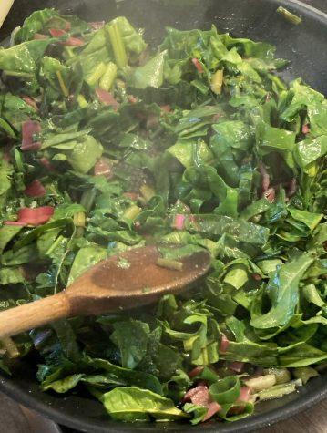 Mangoldblätter, Rucola und Zwiebeln werden angedünstet.