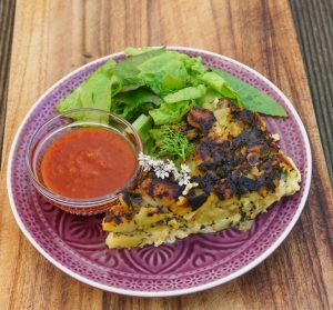 Frittata mit Salat Chilisoße