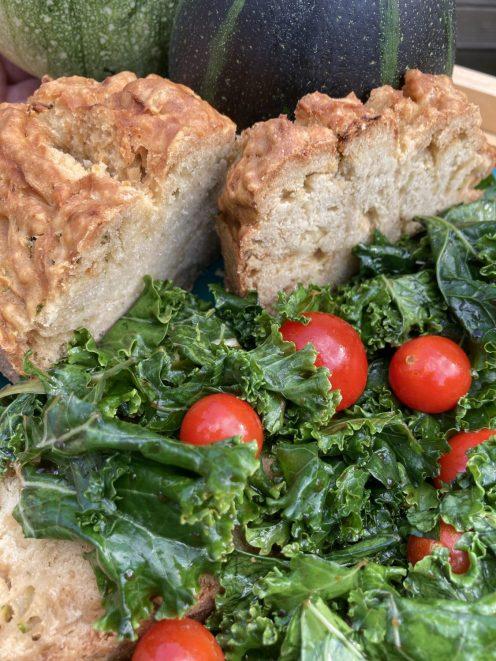 Zucchini Brot an frischem Grünkohlsalat - sooooo lecker