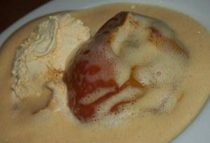 Zum guten Schluss: Bratapfel vom Grill mit Marzipanfüllung, Zimt-Zabaione und Vanilleeis