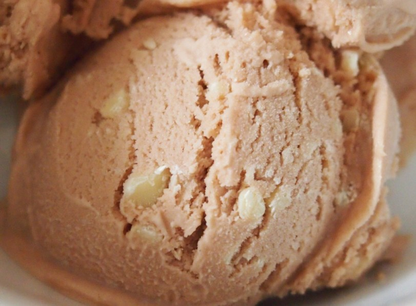 Eine Kugel Sahne-Mandel-Nougart-Eis mit weißer Schokolade