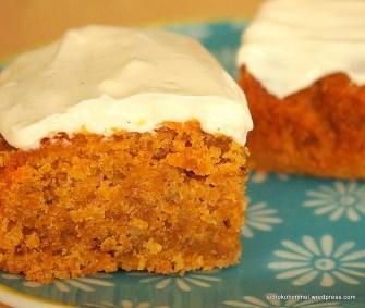 Saftiger Carrot Cake mit Frischkäse-Topping