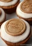 Zimt-Muffins mit Zimtcreme und Zimt-Marzipan