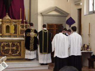 02 - Un lecteur lit la prophétie d'Osée que le célébrant lit au missel à l'autel.
