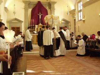 11 - Fin de la procession - dans le chœur on emploie l'ombrellino en place du dais.