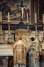 1ère messe de M. l'Abbé Lacroix, fssp, à Notre-Dame-des-Victoires, le 3 août 2013 : encensement de l'autel à l'introït