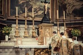 1ère messe de M. l'Abbé Lacroix, fssp, à Notre-Dame-des-Victoires, le 3 août 2013 : intonation du Gloria in excelsis Deo par le célébrant