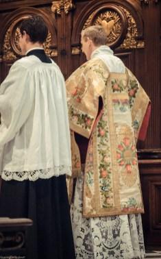 1ère messe de M. l'Abbé Lacroix, fssp, à Notre-Dame-des-Victoires, le 3 août 2013 : chant de l'épître par M. l'Abbé de Nedde, sous-diacre