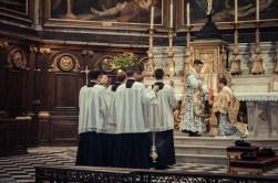 1ère messe de M. l'Abbé Lacroix, fssp, à Notre-Dame-des-Victoires, le 3 août 2013 : le diacre demande sa bénédiction au célébrant