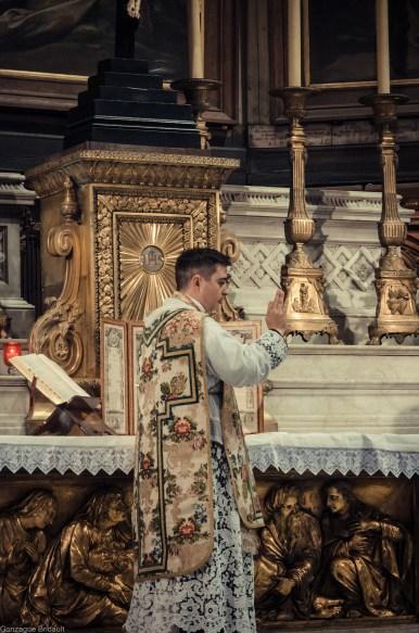 1ère messe de M. l'Abbé Lacroix, fssp, à Notre-Dame-des-Victoires, le 3 août 2013 : absolution après le chant du 3ème Confiteor