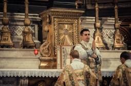 1ère messe de M. l'Abbé Lacroix, fssp, à Notre-Dame-des-Victoires, le 3 août 2013 : le nouveau prêtre donne sa bénédiction