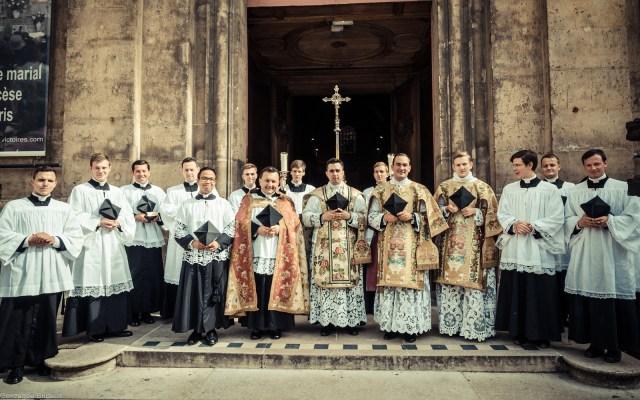 1ère messe de M. l'Abbé Lacroix, fssp, à Notre-Dame-des-Victoires, le 3 août 2013 : sur le parvis de la basilique, après la messe