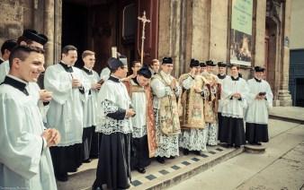 1ère messe de M. l'Abbé Lacroix, fssp, à Notre-Dame-des-Victoires, le 3 août 2013 : sur le parvis de la basilique Notre-Dame-des-Victoires, après la messe