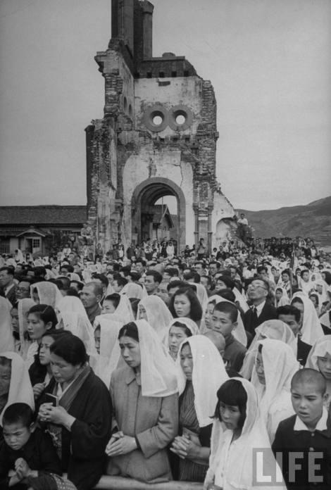 Nagasaki : juin 1949 – messe pontificale célébrée dans les ruines de la cathédrale en l'honneur des 400 ans de l'arrivée de saint François-Xavier au Japon - La foule des pèlerins