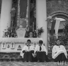 Nagasaki : juin 1949 – messe pontificale célébrée dans les ruines de la cathédrale en l'honneur des 400 ans de l'arrivée de saint François-Xavier au Japon - les porte-insignes de la messe pontificale