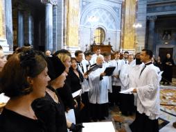 Après la messe, la Schola chante l'Ad multos annos pour le cardinal à la sacristie