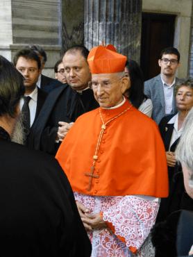 Le cardinal Hoyos à la sacristie après la messe (2)