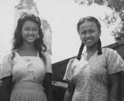 Infirmières volontaires philippines posant à l'extérieur de la cathédrale de Palo