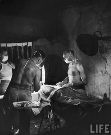 Opération dans la cathédrale de Palo, île de Leyte - cliché du 12 décembre 1944