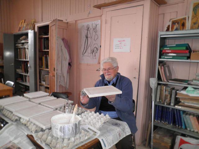 Révérend Père Egon Sendler, s.j. dans son atelier d'iconographie