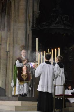 06 - Messe de départ célébrée par M. l'Abbé Iborra dans Notre-Dame-de-Paris - vigile de la Pentecôte - Aux encensements de l'offertoire