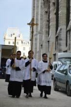 15 - Messe de départ célébrée par M. l'Abbé Iborra dans Notre-Dame-de-Paris - vigile de la Pentecôte - procession de sortie - en dehors de Notre-Dame-de-Paris