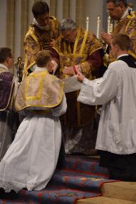 27 Le pontife distribue en premier la communion aux nouveaux prêtres © François N