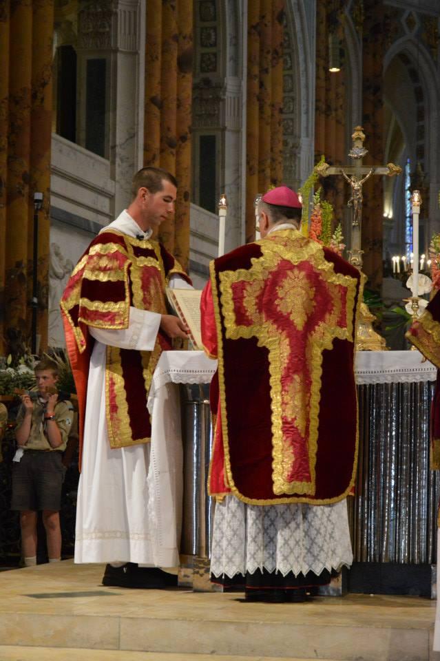 43 - Messe pontificale du lundi de Pentecôte célébrée par Mgr Aillet dans la cathédrale de Chartres - au dernier évangile