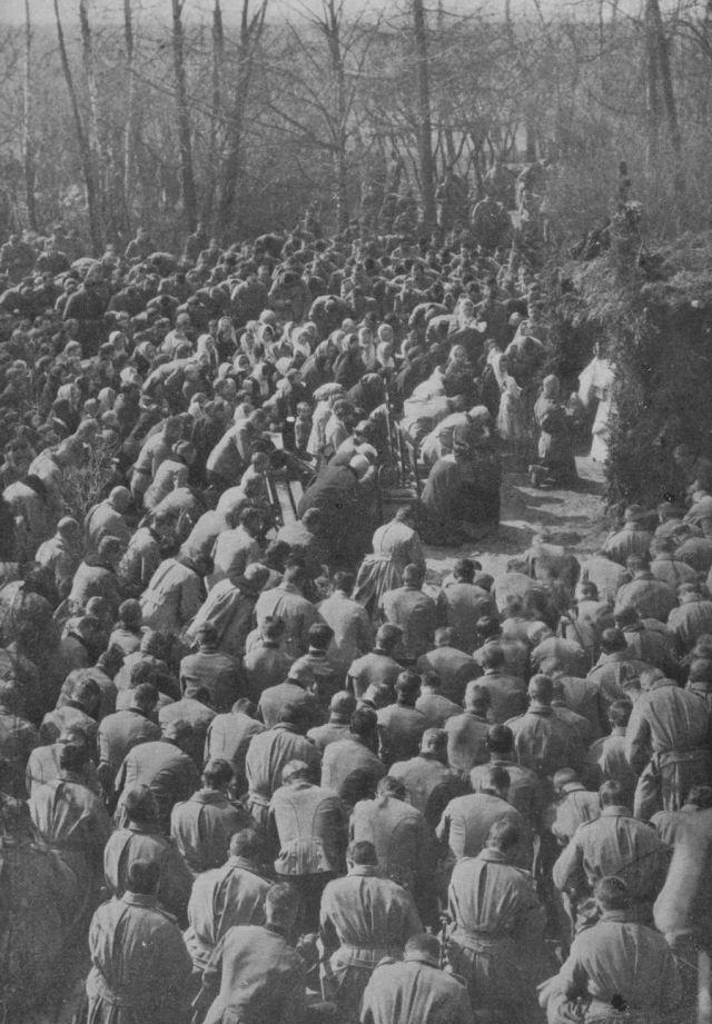 Des soldats autrichiens reçoivent la bénédiction du Saint-Sacrement en 1915 en Galicie russe