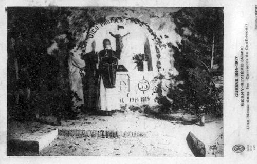 Le RP Doncœur, SJ célébre la messe à son autel dans les carrières de Confrécourt - Soissonnais