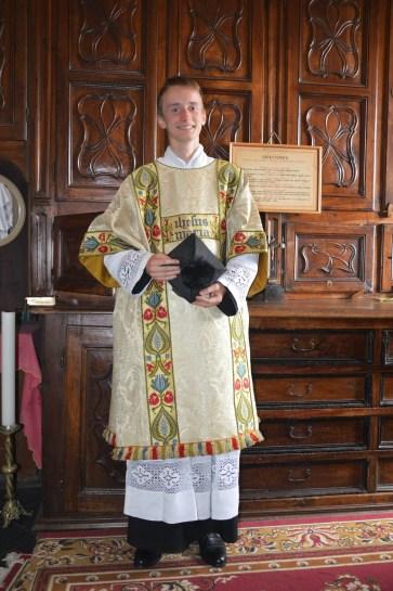 04 - A la sacristie, le sous-diacre après la messe