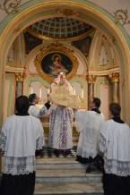 04 - Messe basse prélatice de Mgr Oliveri, évêque d'Albenga, dans la chapelle de l'évêché - l'élévation du Corps du Seigneur
