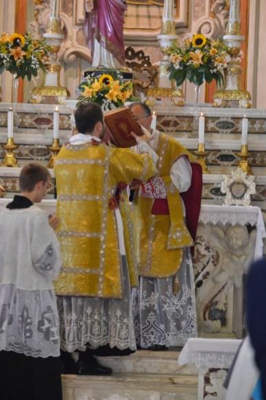 14 - Messe des 7 joies de la Vierge - baiser de l'évangile par le célébrant