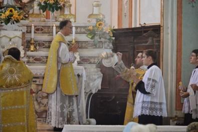 17 - Messe des 7 joies de la Vierge - encensement du célébrant à l'offertoire