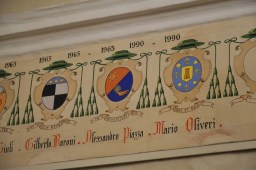 20 - Dans le palais épiscopal, liste armoriée de tous les évêques d'Albenga depuis la fondation de l'évêché au Vème siècle - les armes de Mgr Oliveri