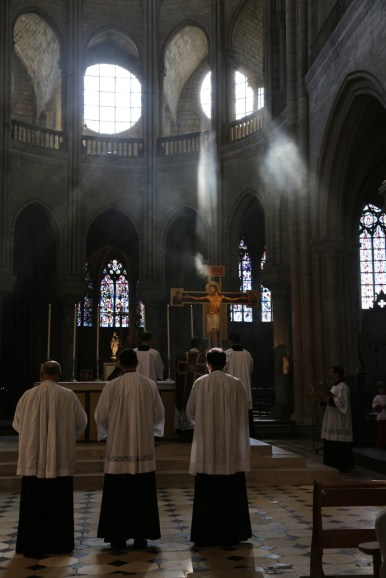 01 - messe du samedi des Quatre-Temps de septembre en la collégiale Notre-Dame de Mantes - encensement de l'autel à l'introït